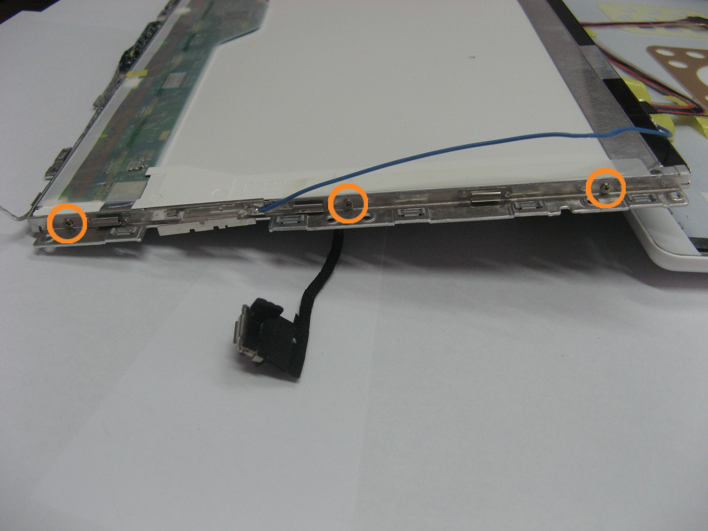Снимаем фиксирующую рамку матрицы MacBook 2