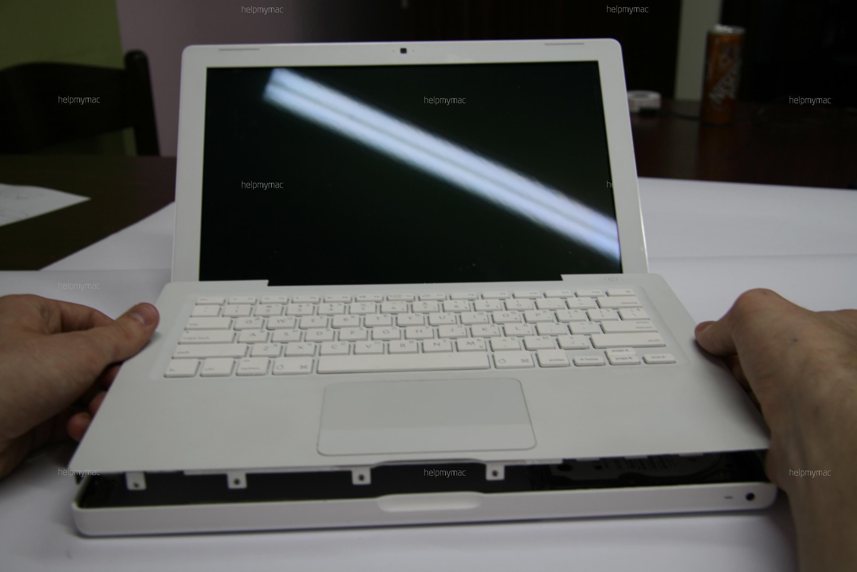Аккуратно приподнимаем клавиатуру MacBook