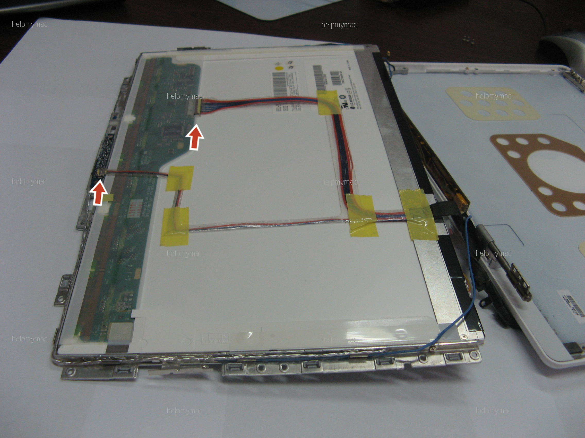 Отсоединяем два шлейфа на задней стороне матрицы MacBook