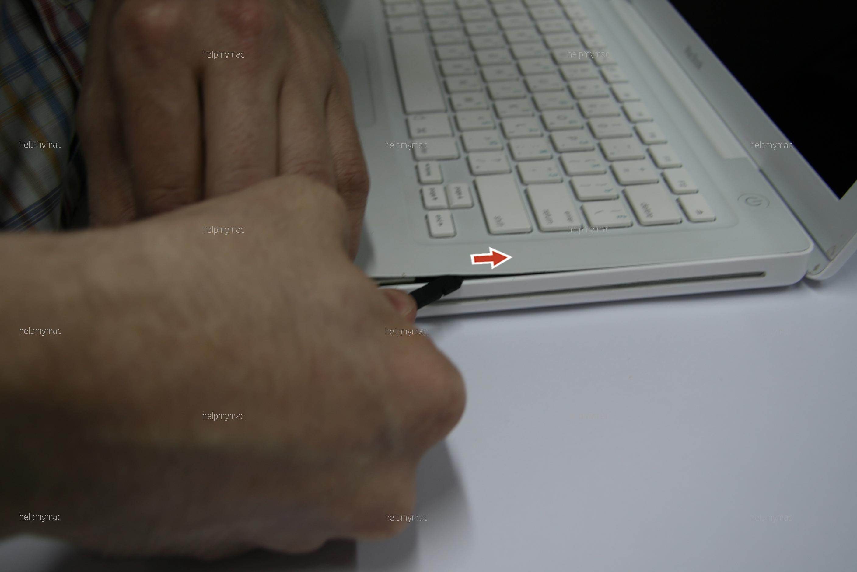 Помогаем пластиковой отмычкой открыть MacBook