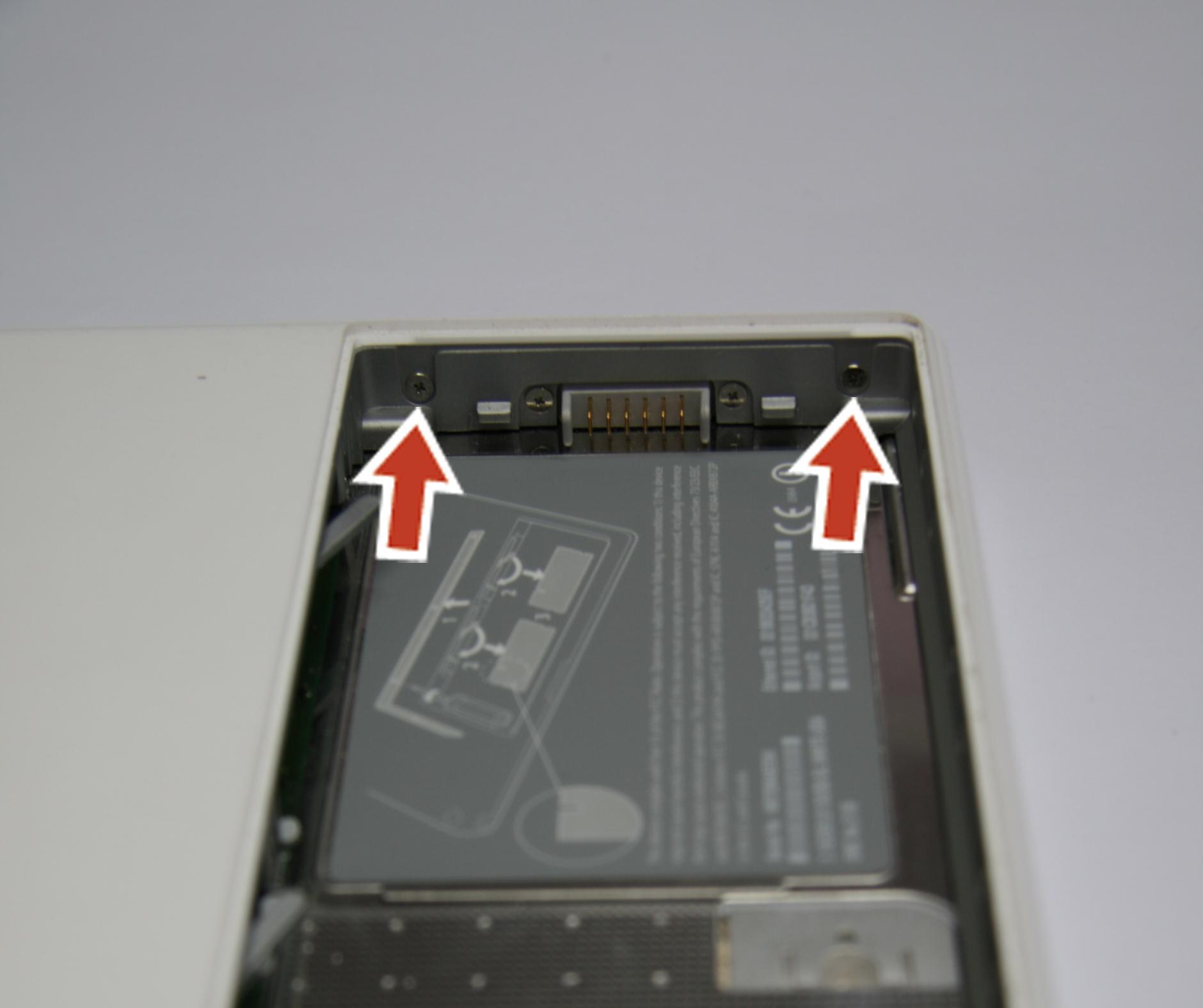 Откручиваем винтики в отсеке батареи MacBook