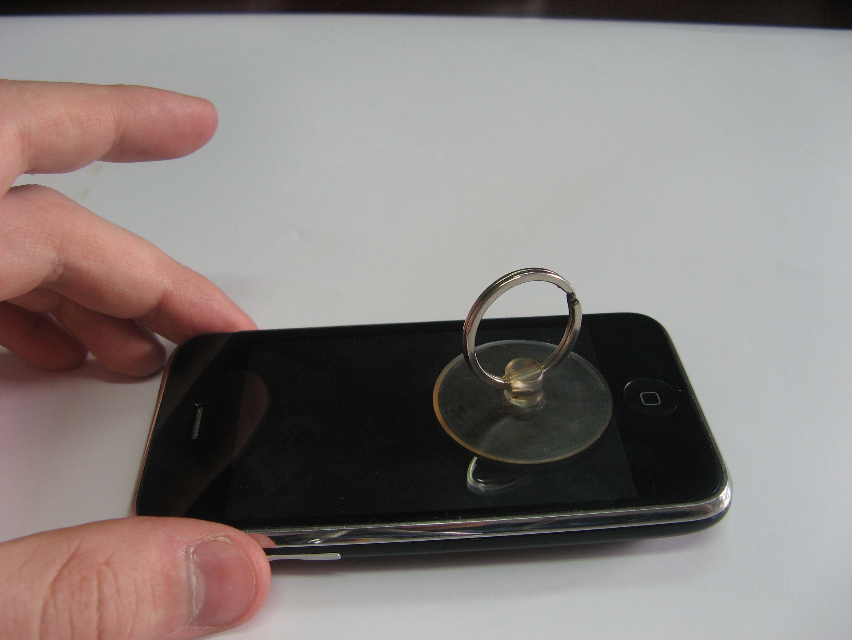 Будьте очень аккуратны, так как передняя панель iPhone 3G подключена к плате управления тремя шлейфами...